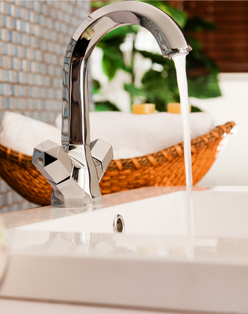eau coulant d'un robinet en inox